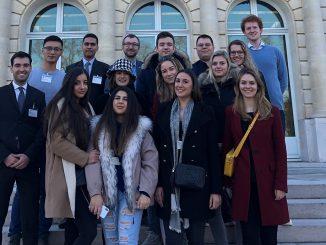 MBS Studierende vor dem Sitz der OECD im Pariser Schloss La Muette