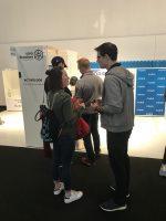 Eine SBC-Studentin im Gespräch mit einem Gründer